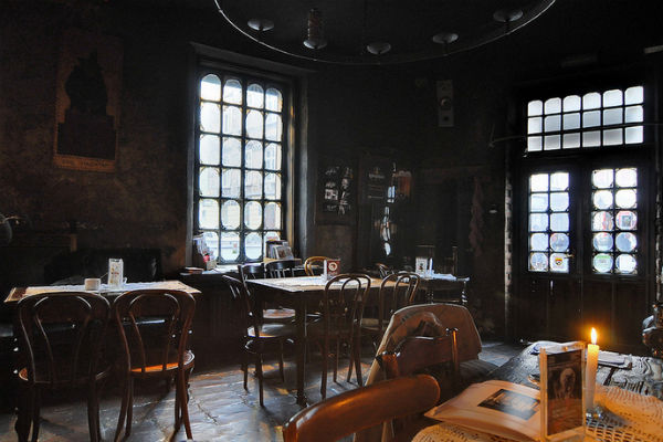 Dark and moody, as a Kazimierz cafe should be. (Photo by Jacek Piwowarczyk)