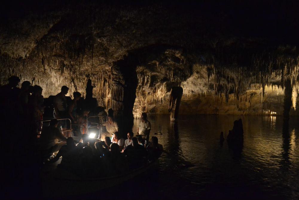 underwater-lake-cuevas-del-drach