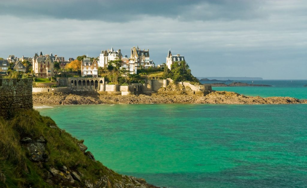 Dinard at high tide (Photo by Jean-Louis Vandevivere).