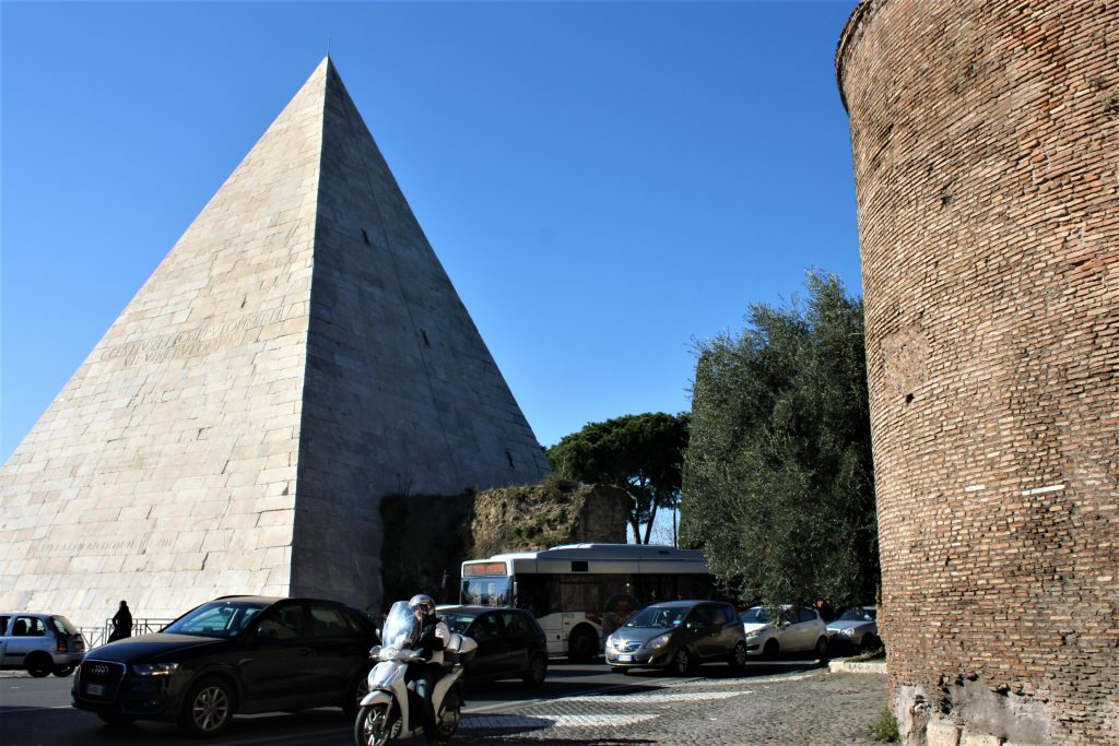 Egyptian pop-up in the centre of Rome