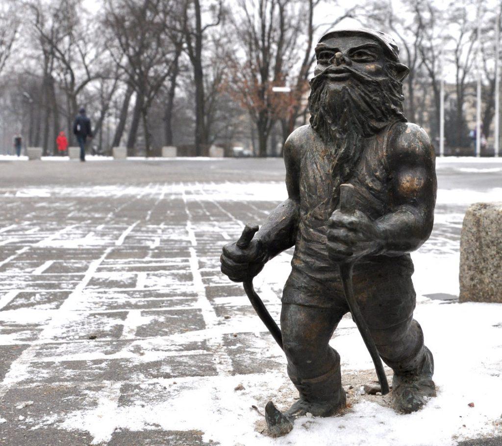 wroclaw skiing dwarf